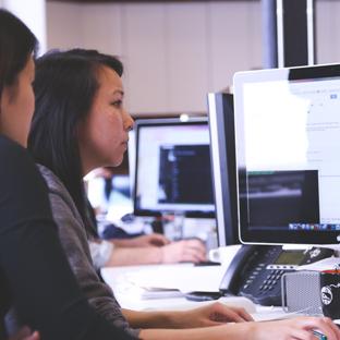 [Imagem ilustrando equipe trabalhando para melhorar seu negócio na web]